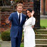 El Príncipe Harry de Inglaterra y Meghan Markle saludan a la cámara en su posado oficial