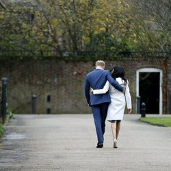 El Príncipe Harry de Inglaterra y Meghan Markle caminan hacia su residencia cogidos por la cintura