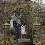 El Príncipe Harry de Inglaterra y Meghan Markle aparecen en su posado oficial