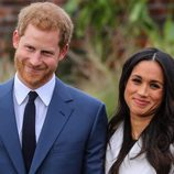 El Príncipe Harry de Inglaterra y Meghan Markle, divertidos en su posado oficial