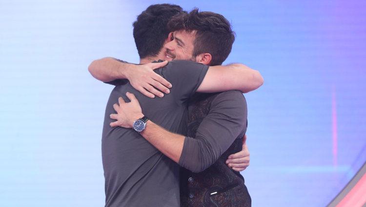Ricky y Cepeda se abrazan en la Gala 5 de 'Operación Triunfo 2017'