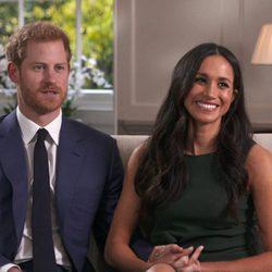 El Príncipe Harry de Inglaterra y Meghan Markle durante su entrevista tras el compromiso