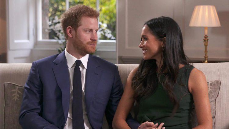 El Príncipe Harry y Meghan Markle se miran cariñosos en la entrevista tras el anuncio de compromiso