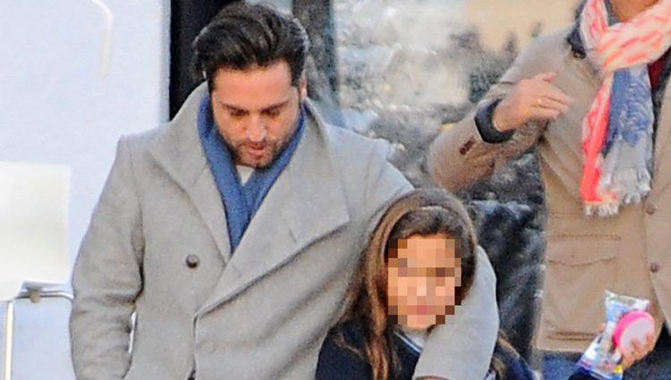David Bustamante abrazando a su hija Daniella a la salida del colegio