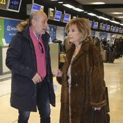 María Teresa Campos y José Carlos Bernal en el aeropuerto rumbo a Nueva York para grabar 'Las Campos'