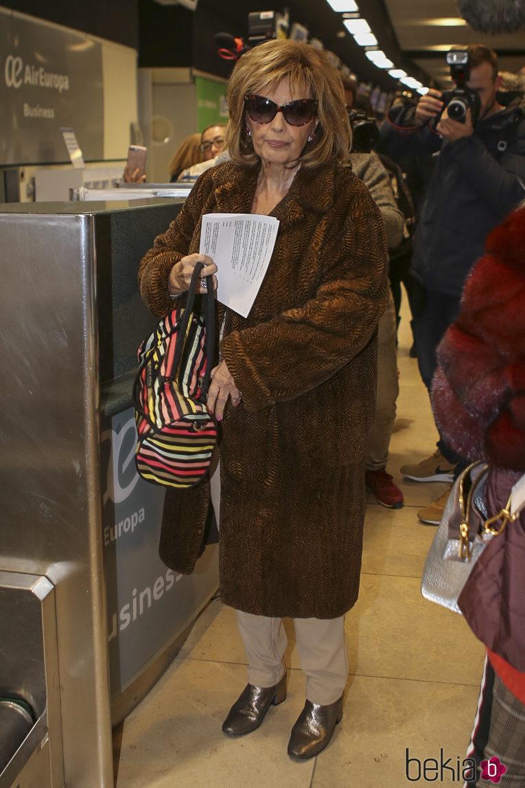 María Teresa Campos en el aeropuerto rumbo a Nueva York para grabar 'Las Campos'