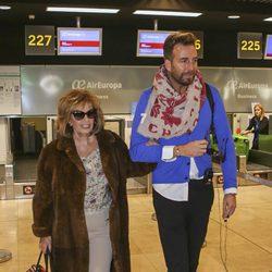 María Teresa Campos y Raúl Prieto en el aeropuerto rumbo a Nueva York para grabar 'Las Campos'