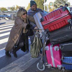 Terelu Campos cargando con las maletas en el aeropuerto rumbo a Nueva York para grabar 'Las Campos'