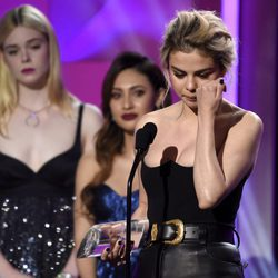 Selena Gomez muy emocionada recogiendo el Premio a la Mujer del Año 2017 de Billboard
