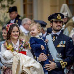 Los Príncipes Carlos Felipe y Sofia con su hijo Alejandro y su hijo Gabriel el día de su bautizo
