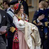 La Princesa Sofia Hellqvist con su hijo el Príncipe Gabriel de Suecia en brazos el día de su bautizo
