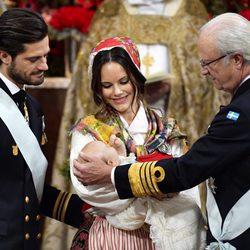 Los Príncipes Carlos Felipe y Sofia con su hijo Gabriel en brazos durante su bautizo