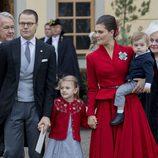 Los Príncipes Victoria y Daniel de Suecia con sus hijos Estela y Oscar en el bautizo del Príncipe Gabriel