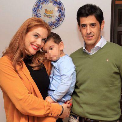 Víctor Janeiro y Beatriz Trapote con su hijo Víctor en un desfile de moda en Jerez de la Frontera