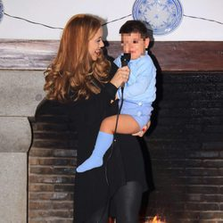 Beatriz Trapote con su hijo Víctor Janeiro sobre la pasarela de un desfile infantil