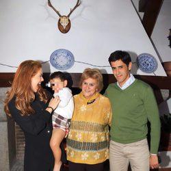 Víctor Janeiro, Beatriz Trapote y Carmen Bazán con el pequeño Víctor Jr en un desfile de moda infantil