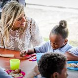 Máxima de Holanda visita proyectos solidarios en Sint Maarten