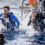 Los Reyes Máxima y Guillermo de Holanda tirándose al agua para hacer buceo