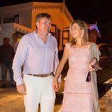 Los Reyes de Holanda Máxima y Guillermo saliendo a cenar en una isla del Caribe