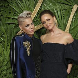 Pink y Stella McCartney en los British Fashion Awards 2017