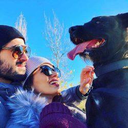 Isco Alarcón y Sara Sálamo junto a su perro