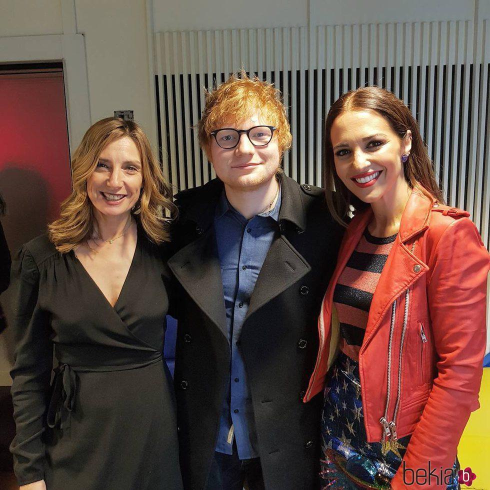 Paula Echeverría con Ed Sheeran y una amiga en Los 40 Principales