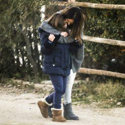 Paula Echevarría abrazando a su hija Daniella mientras van a un centro de hípica
