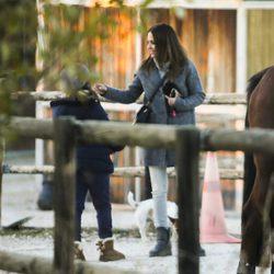 Paula Echevarría con su hija Daniella en un centro de hípica