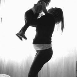 Irene Rosales posa felizmente embarazada junto a su hija Ana