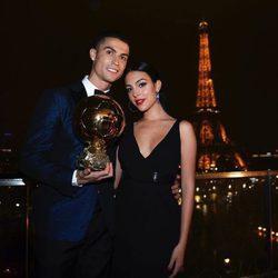 Cristiano Ronaldo junto a Georgina Rodríguez sosteniendo el Balón de Oro
