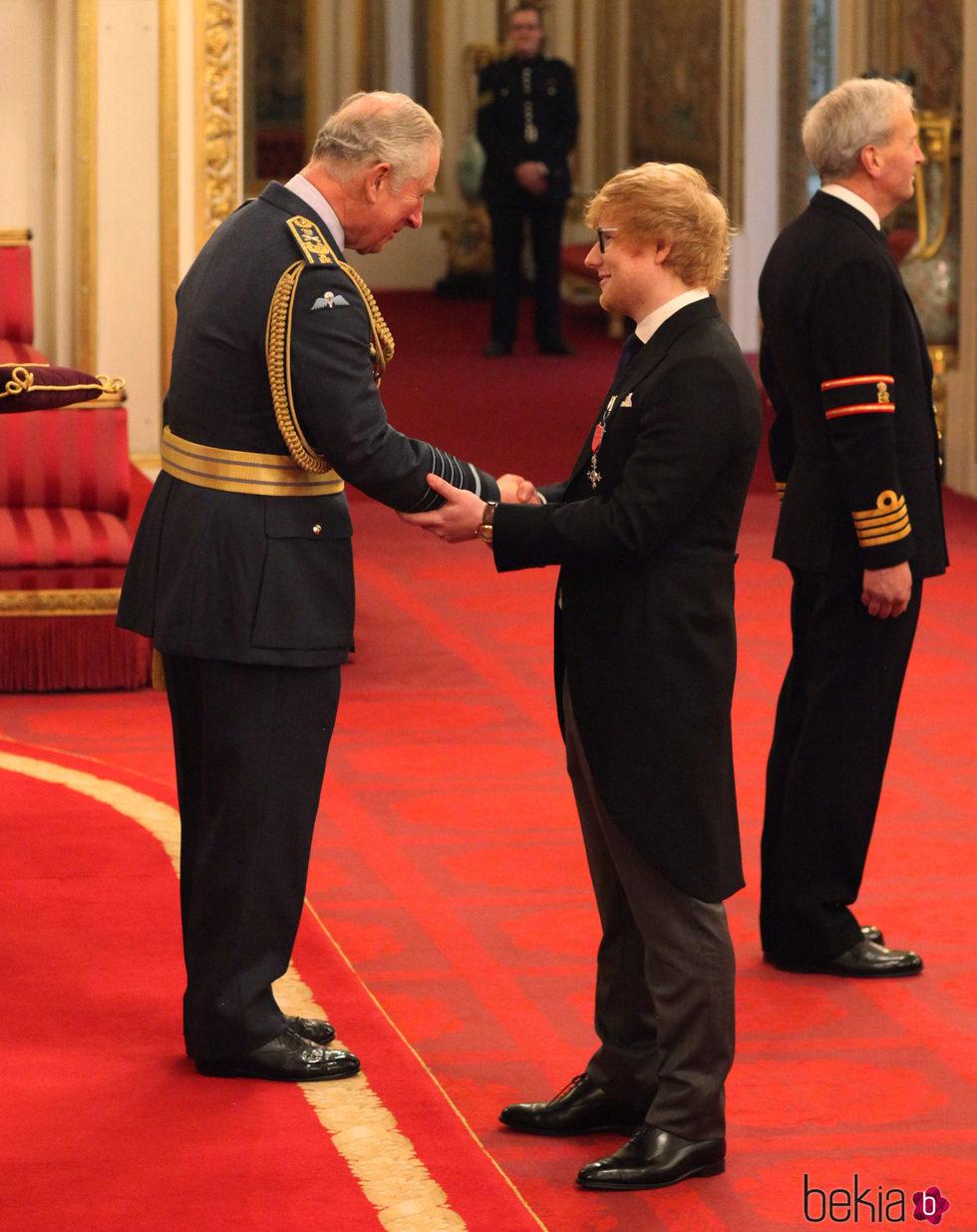 Ed Sheeran recibe la medalla del Orden del Imperio Británico