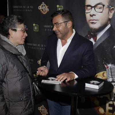 Jorge Javier Vázquez firmando entradas de su nueva obra 'Grandes Éxitos'