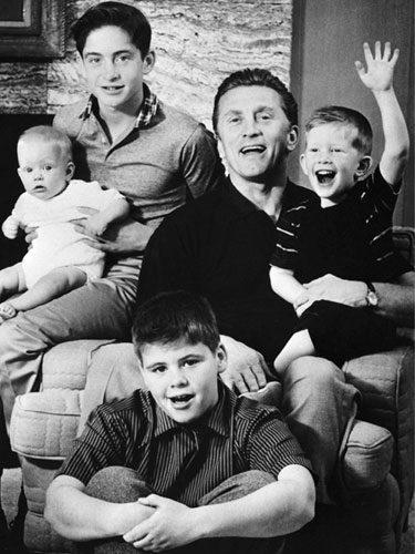 Kirk Douglas y sus cuatro hijos
