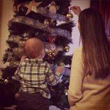Helen Lindes y su hijo Alan decorando el árbol de Navidad