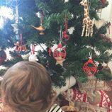 Sara Carbonero decora su árbol de Navidad con bolas personalizadas