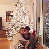 Chiara Ferragni y Fedez posan junto a su árbol de Navidad