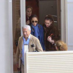 Isabel Preysler, Mario Vargas Llosa y Tamara Falcó llegando de la boda de Ana Boyer y Verdasco
