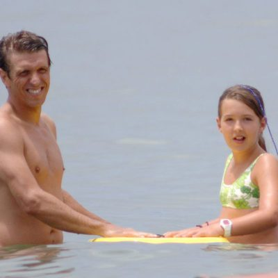 Manuel Díaz 'El Cordobés' con su hija Alba Díaz en la playa