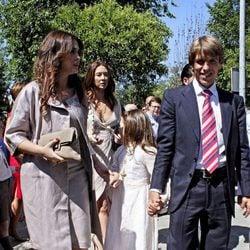 Alba Diaz en su Comunión junto a sus padres
