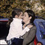 Alba Díaz de pequeña en brazos de su madre