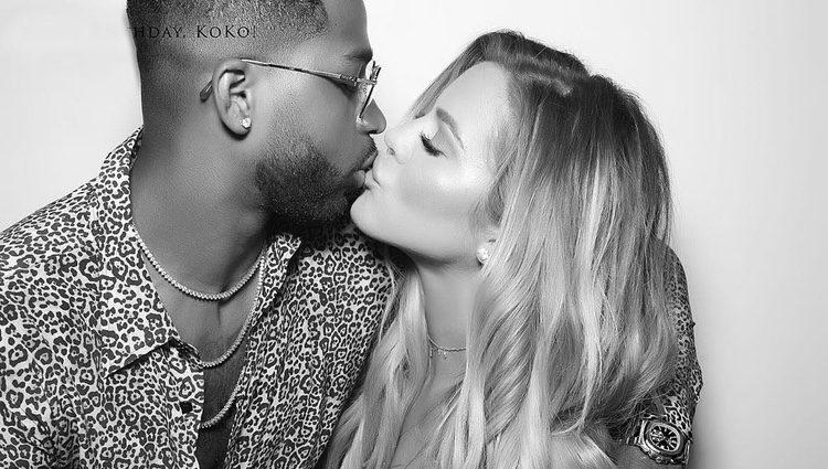 Khloe Kardashian y Tristan Thompson besándose