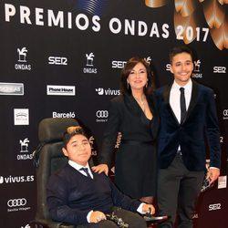 Isabel Gemio con sus hijos Gustavo y David en los Premios Ondas 2017