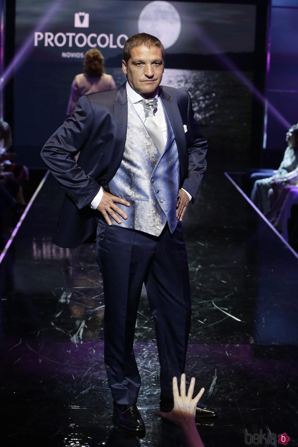 Gustavo González con traje de novio