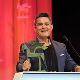 Alejandro Sanz recogiendo su galardón en los Premios Ondas 2017