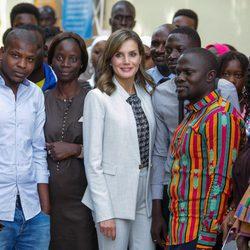 La Reina Letizia en su visita al Aula Cervantes de Dakar
