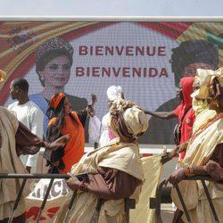 Carteles de bienvenida a la Reina Letizia en Senegal