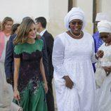 La Reina Letizia y la Primera Dama de Senegal camino a un almuerzo en Dakar