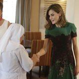 La Reina Letizia saluda a una monja en la Embajada de España en Senegal