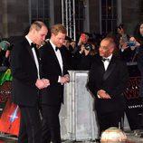 Los Príncipes Guillermo y Harry saludan a BB-8 en el estreno de 'Star Wars: Los Últimos Jedi'