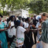 La Reina Letizia saluda a unas mujeres en la Universidad de Ziguinchor en Senegal